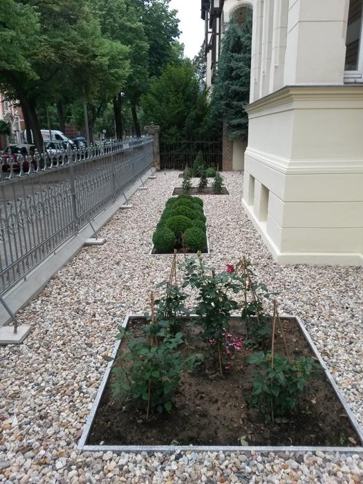 Vorgarten einer Villa im Stadtbereich