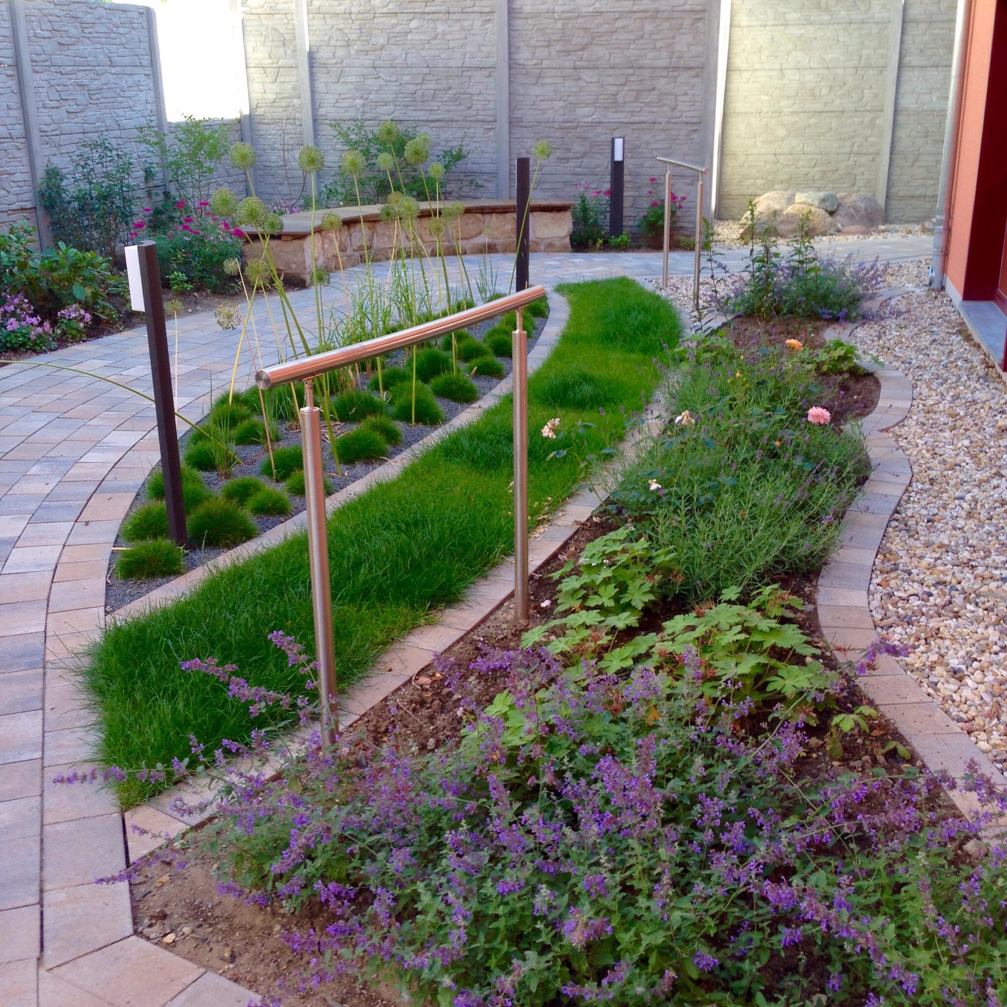 Gartenweg mit versch. Grünflächengestaltungen